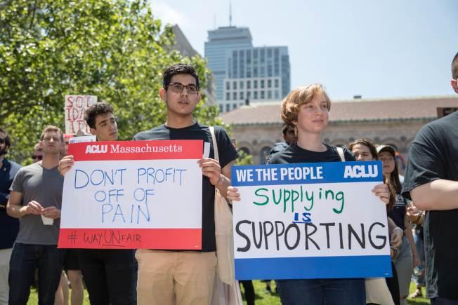 美國麻州波士頓的Wayfair員工26日罷工,舉牌抗議公司販賣睡房用品給德州的非法移民拘留中心,藉機大發移民財。(Getty Images)