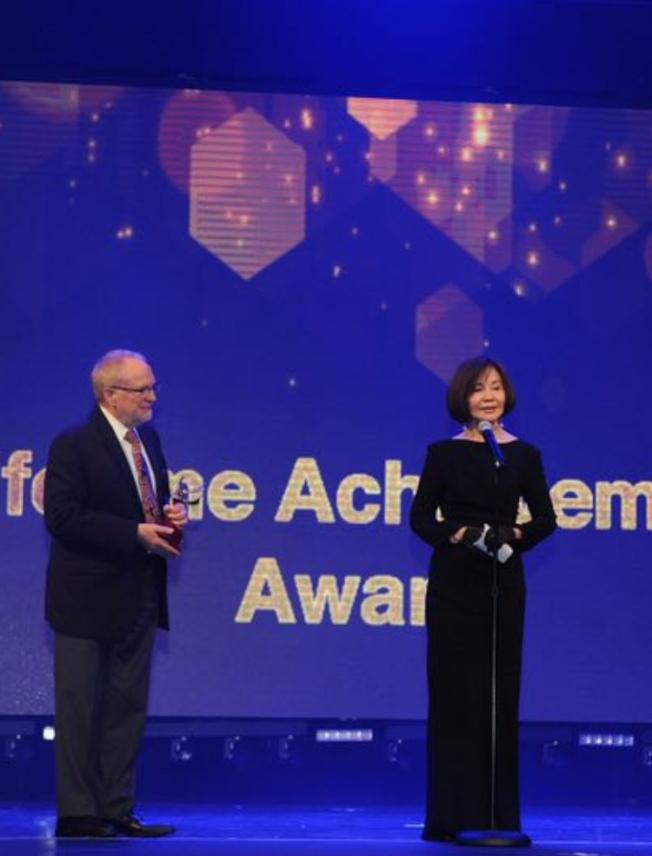 歸亞蕾(右)在第22屆「與電影共舞電影節」的《聚焦:中國》電影單元,獲得終生成就獎的殊榮。(張雪提供)