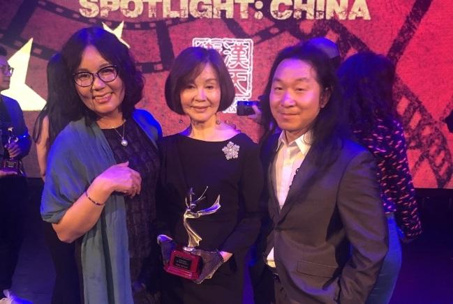 歸亞蕾(中)與兩位《聚焦:中國》電影單元創辦人張雪(左)、James Wenn(右)。(張雪提供)