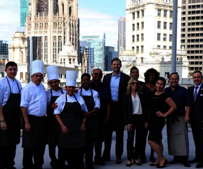 艾瑞克川普26日上午在推特上貼出多張芝加哥川普酒店的照片,包括與旅館餐廳員工的合照。(取材自推特)