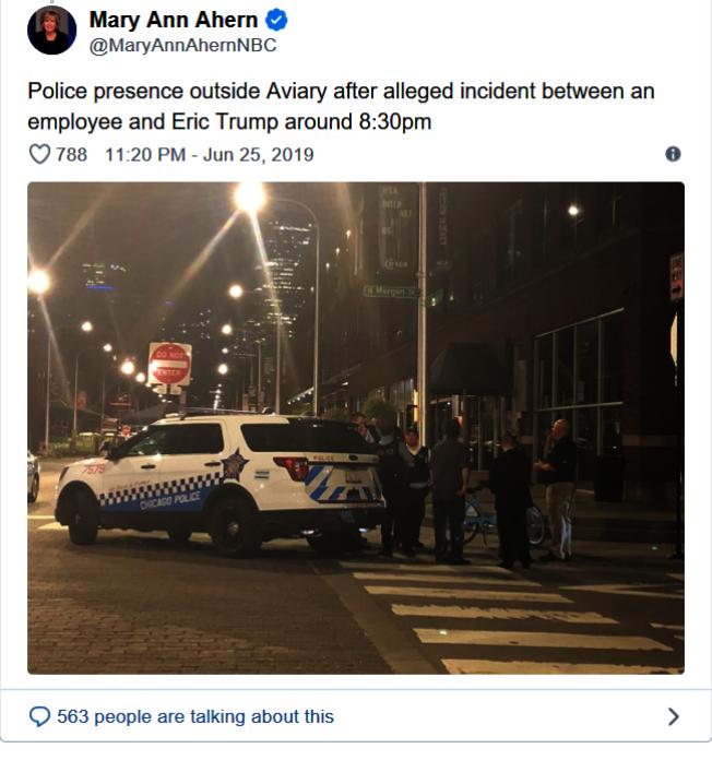 NBC芝加哥記者者瑪麗安·愛罕(Mary Ann Ahern)拍下艾瑞克川普被吐口水後,由特勤人員護送離開The Aviary的畫面,推文分享。(取材自推特)