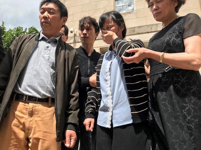 章瑩穎母親葉麗鳳(右二)24日步出法庭時悲痛不已。(特派員黃惠玲/攝影)