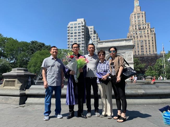 林世天(左二)與父母和祖父母。(記者張晨/攝影)