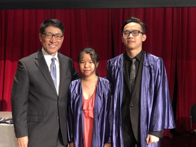 嚴利(左起)祝賀獲得優秀畢業生稱號的董小芳、林世天。(記者張晨/攝影)