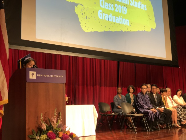 畢業生第一名董小芳演講。(記者張晨/攝影)
