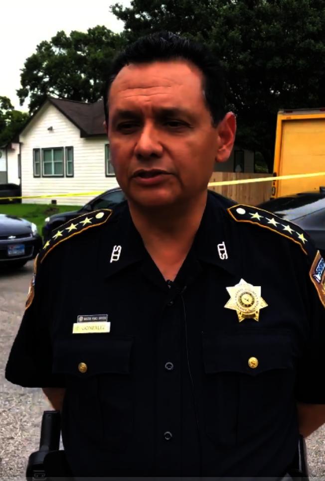 哈瑞斯縣警長岡薩雷斯於槍擊案現場說明案情。(哈瑞斯縣警長辦公室提供)