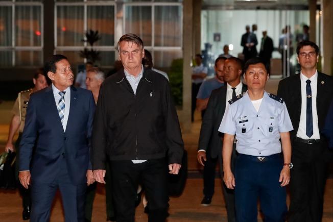 巴西總統波索納洛25日從首都巴西利亞空軍基地啟程,前往日本大阪參加G20高峰會。他的隨扈專機一名空軍機師被查出行李藏有多達39公斤的古柯鹼。(路透)