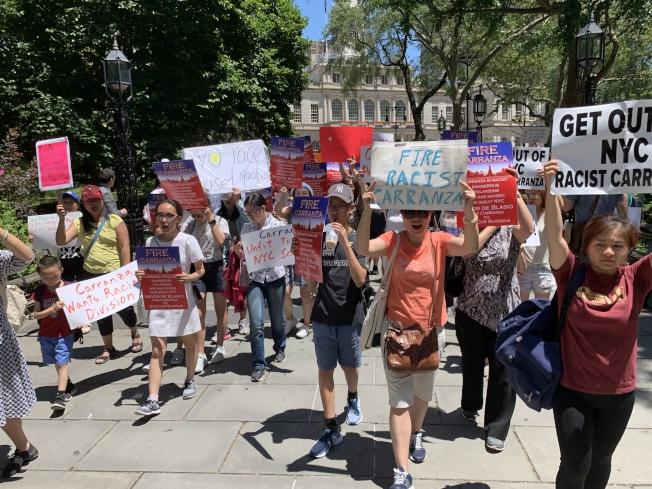 超過200名家長26日在市政廳前的公園中舉行示威,要求保留特殊高中入學考試,並呼籲市長白思豪在下學年開始之前解雇市教育總監卡蘭扎。(記者和釗宇/攝影)