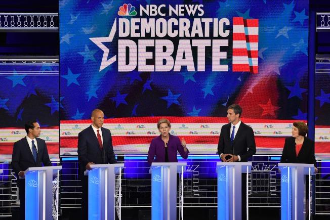 2020年民主黨總統提名初選第一場的第一輪政見辯論會,26日晚在佛州邁阿密市登場。由於這次參選人數爆炸,民主黨全國黨部設定參加辯論會的資格門檻。26日登場第一輪辯論的有前都市住房部部長卡斯楚(左起)、新澤西州參議員布克、麻州參議員華倫、前德州國會眾議員歐洛克、明州參議員柯洛布查等10人。(Getty Images)