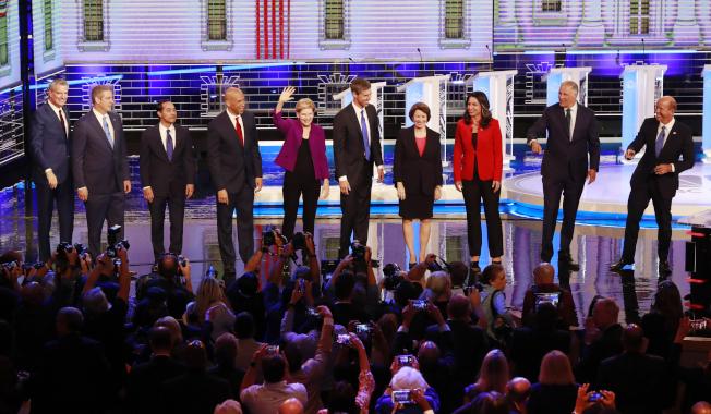 民主黨初選辯論會26日登場的10名參選人為:紐約市長白思豪(左起)、國會眾議員萊恩、前住房及都市發展部部長卡斯楚、聯邦參議員布克、聯邦參議員華倫、前國會眾議員歐洛克、參議員柯洛布查、國會眾議員菟西.蓋芭、華盛頓州州長英斯利、前國會眾議員迪蘭尼。(美聯社)