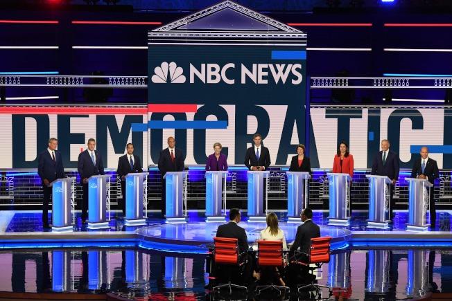 民主黨初選辯論會26日登場的10名參選人為:紐約市長白思豪(左起)、國會眾議員萊恩、前住房及城市發展部部長卡斯楚、聯邦參議員布克、聯邦參議員華倫、前國會眾議員歐洛克、參議員柯洛布查、國會眾議員菟西.蓋芭、華盛頓州州長英斯利、前國會眾議員迪蘭尼。(Getty Images)