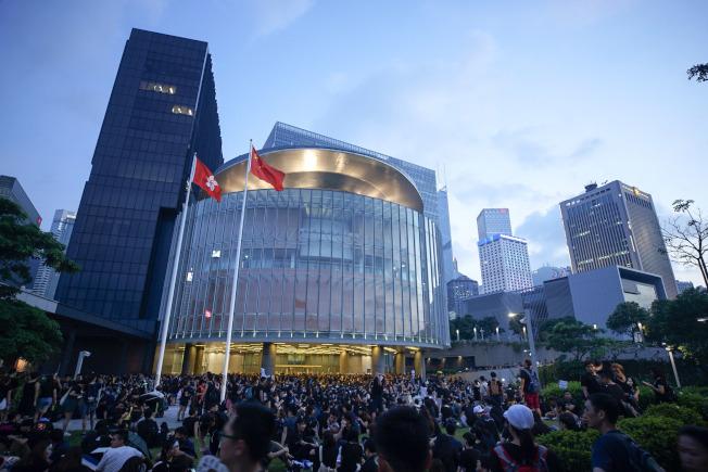 香港大學民意研究計畫一項調查顯示,受訪市民對「香港人」的身分認同感高達8.61分,是1997年以來新高。中央社