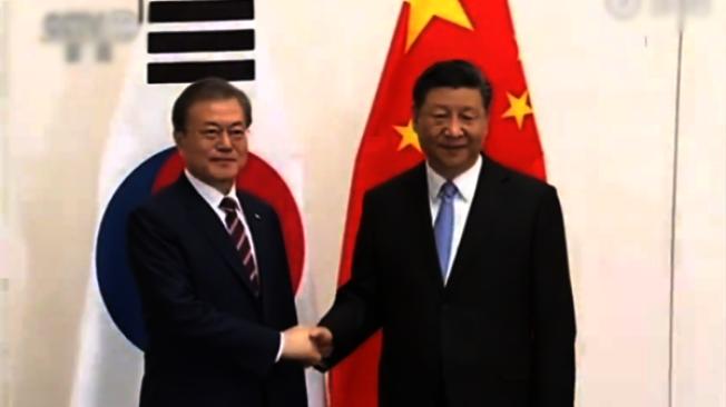 中國國家主席習近平(右)27日抵達日本大阪,下午與南韓總統文在寅舉行會談。(取材自央視)