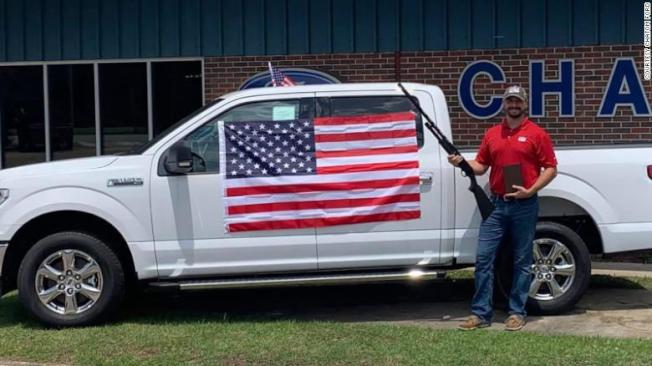 美國阿拉巴馬州一間福特車商7月推出國慶日促銷活動,只要買車就送「愛國三寶」:國旗、聖經、霰彈槍,在網路引起爭議,並驚動福特汽車總部,下令該車商停止這項促銷活動。取材自臉書
