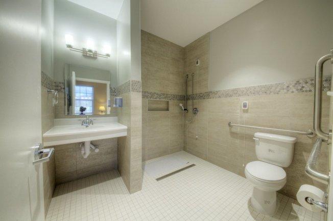 老人最容易跌倒的地方就是衛生間。可安裝扶手和把浴缸改為步入式淋浴間,來減少跌倒的機率。(取自推特)