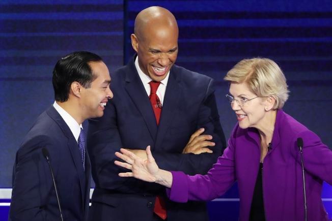 聯邦參議員華倫(右)、與前住房及城市發展部部長卡斯楚(左)兩人被認為是26日第一輪辯論會的優勝者。(美聯社)