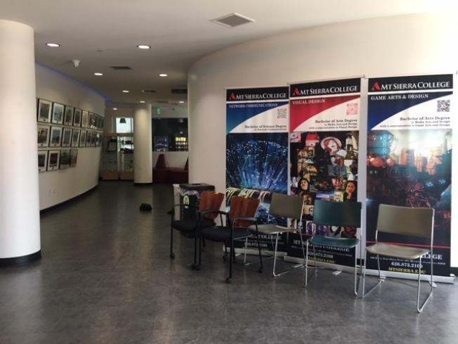學校走廊上張貼著不少學生作品海報和歷年畢業生照片,但27日活力不再。(記者楊青/攝影)