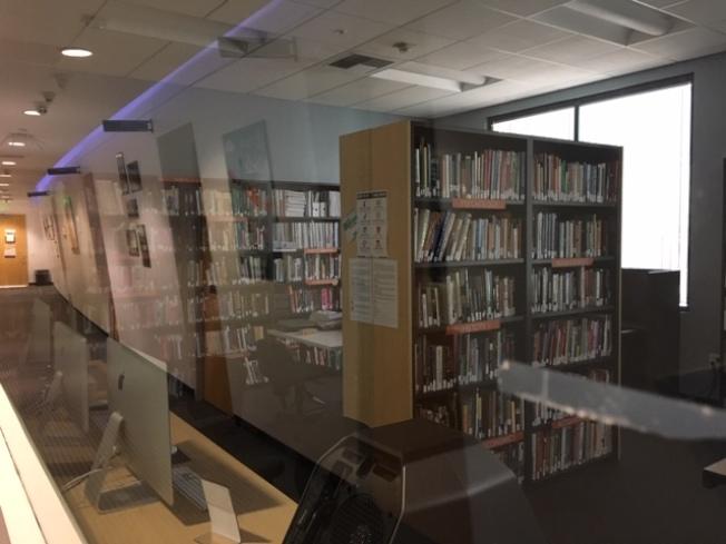 學校圖書館已關閉。(記者楊青/攝影)