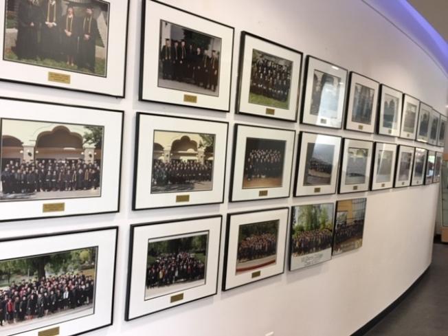 蒙賽羅大學的走廊牆壁上掛滿了將近20年來歷屆學生的畢業照。(記者楊青/攝影)