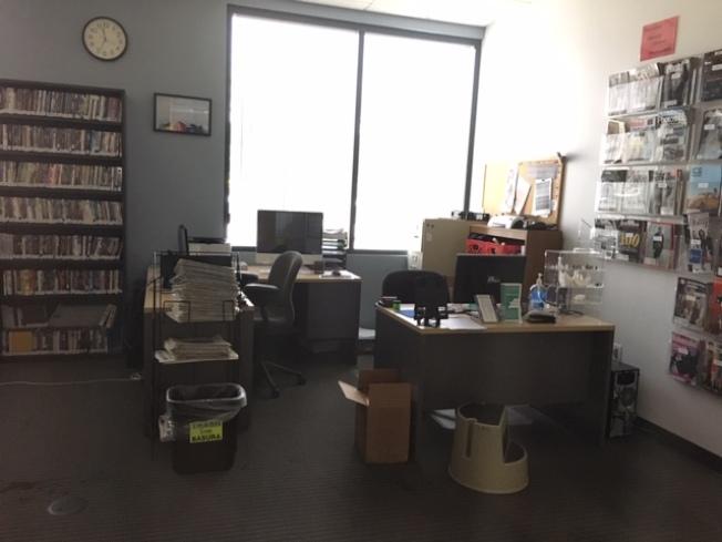 圖書館辦公室空無一人。(記者楊青/攝影)