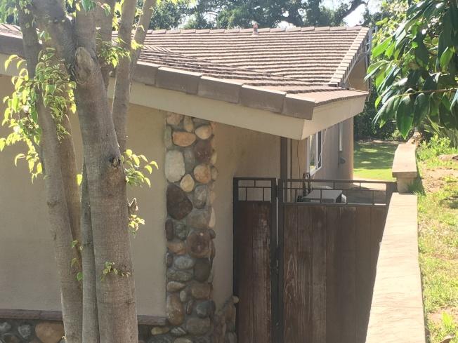 透過側面院子們也可以看到後院草坪打理整潔。(記者王全秀子/攝影)