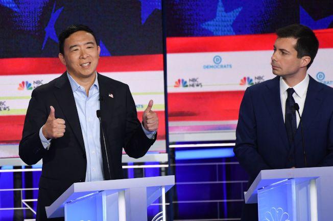 華裔楊安澤27日在民主黨總統提名初選政見辯論會發言,右為印第安納州南灣市長布塔朱吉。(Getty Iamges)