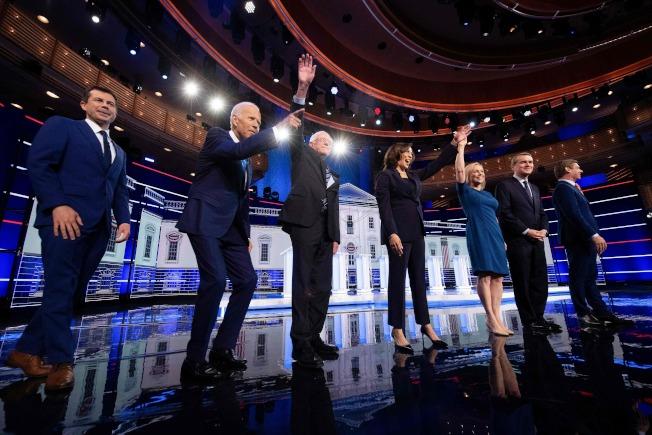 民主黨2020總統提名初選第一場的第二輪參選人政見辯論會,27日晚繼續在佛州邁阿密市舉行。(Getty Images)