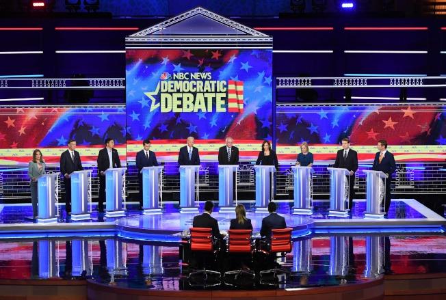 民主黨2020總統提名初選第一場第二輪政見辯論會27日繼續在佛州邁阿邁市登場,共有10位參選人針鋒相對,各抒己見。左起為:暢銷書作家瑪麗安·威廉森、科羅拉多州前州長希肯魯伯、華裔企業家楊安澤、印第安納州南灣市長布塔朱吉、前副總統白登、聯邦參議員桑德斯、聯邦參議員賀錦麗、聯邦參議員陸天娜、聯邦參議員班乃特、國會眾議員史瓦爾等人。(Getty Images)