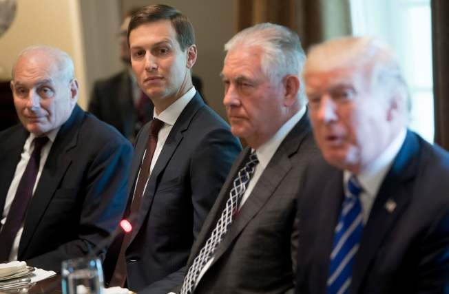 前國務卿提勒森(右二)在國會眾院外交委員會作證時,揭露川普總統(右一)的女婿庫許納(左二)背著國務院進行外交活動。左一為前白宮幕僚長凱利。(Getty Images)