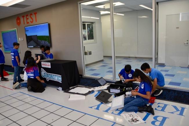 「製造者空間」高科技教室,學生們操作小機器人。(記者丁曙/攝影)