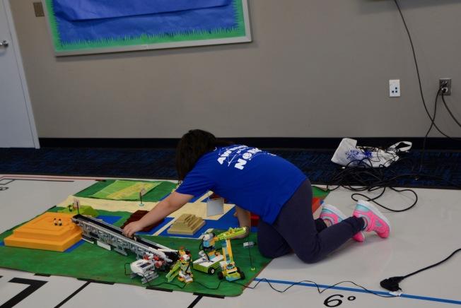 嘉偉學區高科技教室內,小學生操作貨物自動運輸帶。(記者丁曙/攝影)