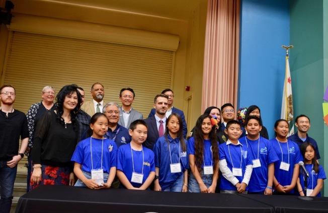 嘉偉學區電腦沉浸教學三年有成, 教育總監朱鄺麗妍(前左一)和學生及各界代表慶祝。(記者丁曙/攝影)