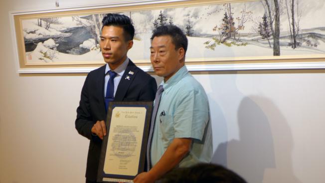 紐約州眾議院副議長助理陳熠(Andy Chen 左),代表紐約州眾議院副議長菲力士.奧迪茲向徐白一教授頒發了傑出藝術家獎。