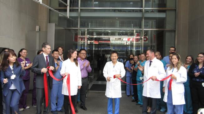 新希望生殖醫學中心PGS實驗室正式營運,由中心創辦人張進醫學博士(中)剪綵。