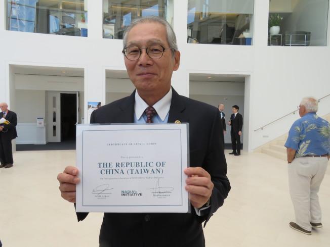 駐美代表高碩泰展示2018年諾貝爾和平獎得主穆拉德致贈的感謝狀。華盛頓記者張加/攝影