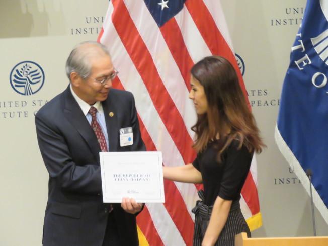 2018年諾貝爾和平獎得主穆拉德(右)致贈感謝狀給台灣政府,由駐美代表高碩泰代表收下。華盛頓記者張加/攝影
