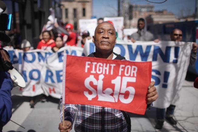 華府、新澤西州和俄勒岡州7月1日調升最低薪。圖為爭取提高最低薪的抗議員工。(Getty Images)
