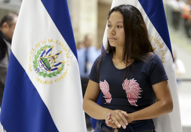 21歲妻子坦妮亞.凡妮莎.阿瓦洛斯的丈夫與二歲不到的女兒,上周在偷渡美墨邊界大河時溺斃。她28日隨兩人遺體返回薩爾瓦多。 (美聯社)