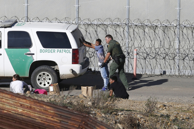 由於川普與墨西哥簽訂協議,美墨邊境6月的非法越境數字下降。圖為美國邊巡員在逮捕偷渡客。(美聯社)