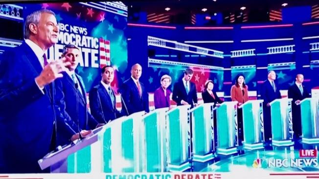 十位民主黨總統競選人26日出場辯論。(記者楊青/翻拍自NBC電視直播)