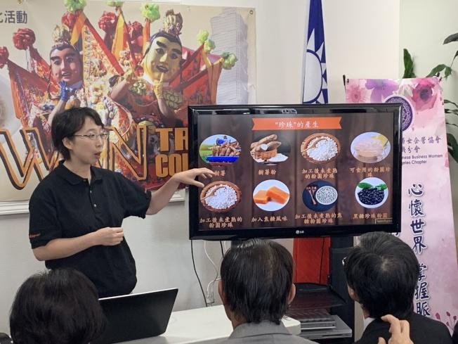 「品客多」(Tapioca Express)連鎖茶店經理何心寧,為聽眾講述台灣珍珠、波霸奶茶的產生和發展。(記者高梓原/攝影)