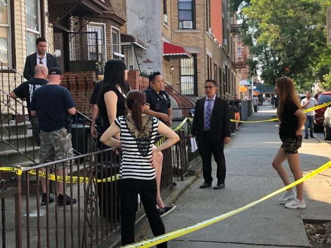 警方查問居住在公寓內其他單位的住客。(記者顏潔恩/攝影)