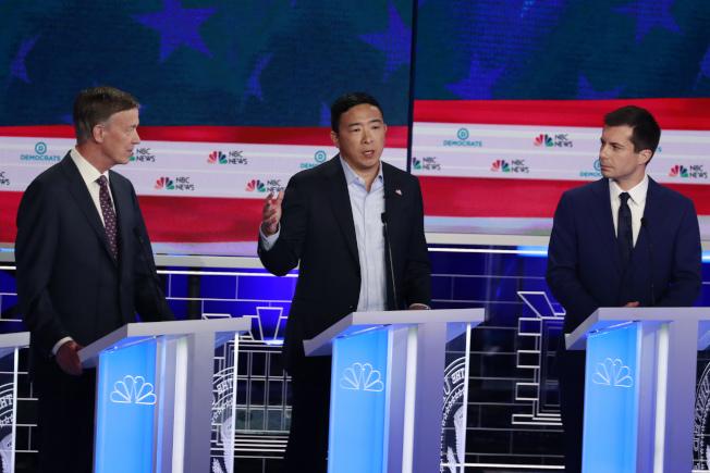 華裔參選人楊安澤的麥克風,27晚疑遭人動了手腳,整場發言時間不到三分鐘。(美聯社)