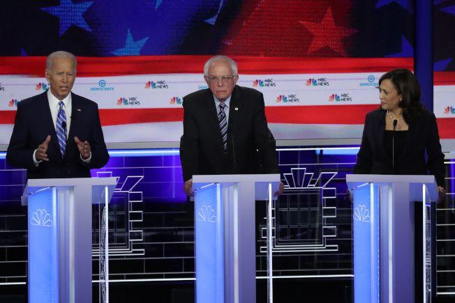 加州聯邦參議員賀錦麗(右)於27日晚的民主黨總統提名初選辯論會上,在種族民權問題上狠狠修理民調領跑的前副總統白登(左),讓白登重重摔跤,領先地位不保。圖中為聯邦參議員桑德斯。(Getty Images)