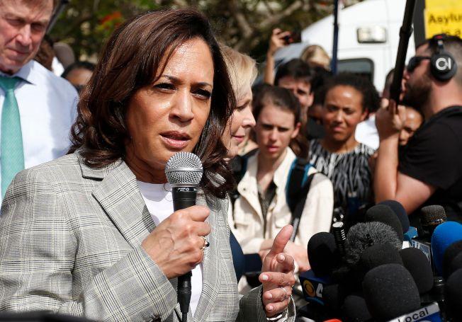 外界認為民主黨總統初選第一場第二輪辯論的大贏家是參議員賀錦麗(前左)。她28日探訪佛州邁阿密無證移民拘留所。(Getty Images)
