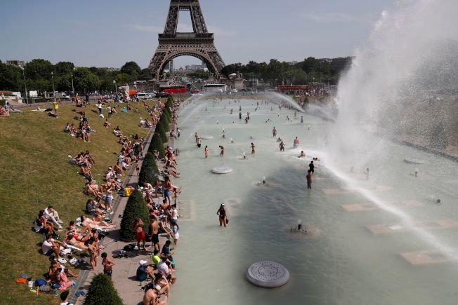 隨著熱浪侵襲法國和歐洲許多地區,法國氣溫28日再創新高,來到45.1℃度(113℉度),比原來紀錄整整高了1℃度。人們在艾菲爾塔Trocadero噴泉戲水避暑。(Getty Images)