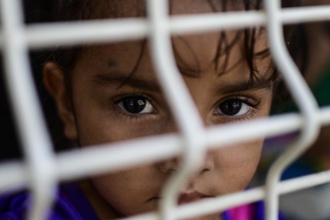 公民及移民服務局實施的新政策取消「沒有大人陪伴的未成年人」的地位,讓18歲以下尋求庇護者更易遭驅逐出境。圖為一名等候庇護結果的女童。(Getty Images)