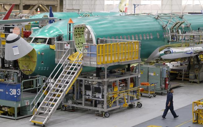 媒體引述波音公司離職員工報導,該公司把軟體開發測試工作外包給薪水較低的承包商,引發爭議。圖為波音公司員工在位於華盛頓州連頓的廠房裡組裝新飛機。(Getty Images)