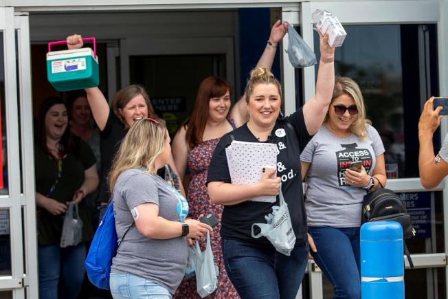 大批美國1型糖尿病患者參加巴士購藥團,到加拿大安大略省購買胰島素。(路透)