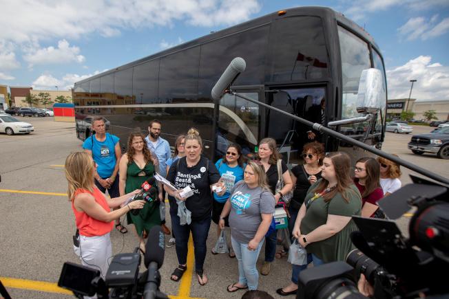 大批美國1型糖尿病患者參加巴士購藥團,到加拿大安大略省購買胰島素。圖為團員下車聆聽導購介紹。(路透)